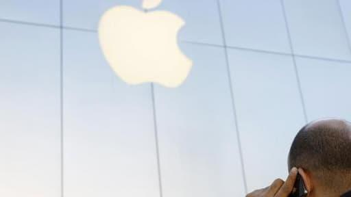 Apple a annoncé avoir engagé l'ex-directeur général d'Yves Saint laurent, mardi 2 juillet.