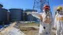 Le ministre de l'Economie japonais visite les réservoirs d'eau contaminée, le 26 août 2013.