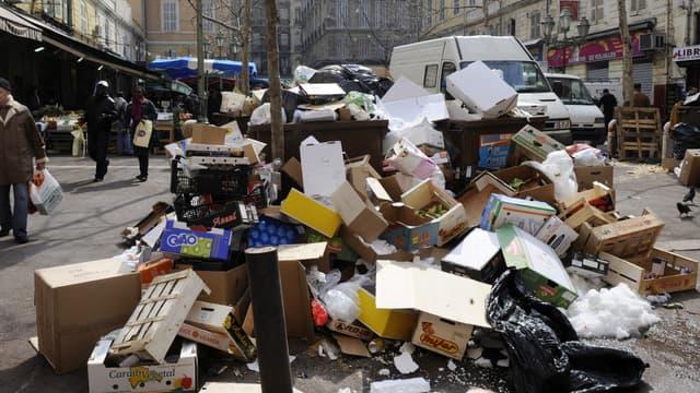 Le 12 mars 2010 sur une place de Marseille, des ordures se sont accumulées lors d'une grève d'éboueurs du secteur privé.
