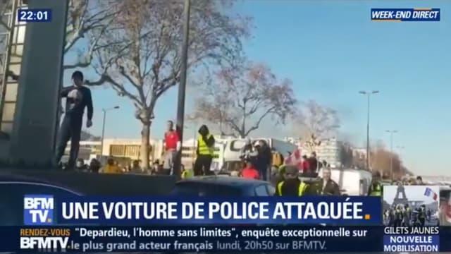 Une voiture de police a été prise à partie ce samedi à Lyon.