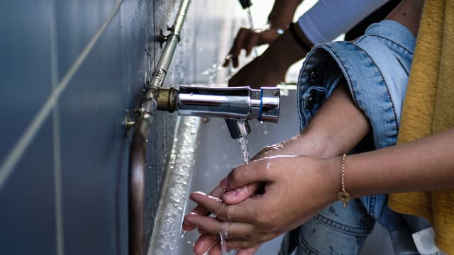 Deux lycéennes se lavent les mains à Nouméa, le 24 avril 2020. (Image d'illustration.)
