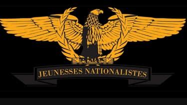 L'emblème des Jeunesses nationalistes, un aigle doré sur un laurier.