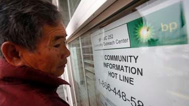 Devant les locaux de BP à Venice, en Louisiane, un pêcheur s'apprête à postuler pour participer aux opérations de nettoyage. Le groupe pétrolier britannique assume la pleine responsabilité de la marée noire qui s'approche des côtes du golfe du Mexique et