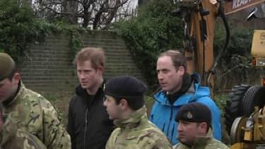 Les princes Harry et William, mettent brièvement la main à la pâte pour venir en aide au britanniques touchés par les inondations..