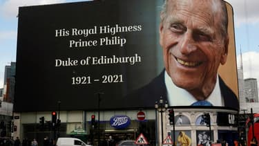 Hommage au prince Philip à Piccadilly Circus, à Londres, le 9 avril 2021