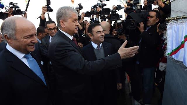 De gauche à droite, le ministre des Affaires étrangères Laurent Fabius, le Premier ministre algérien Abdelmalek Sellal et le PDG de Renault Carlos Ghosn