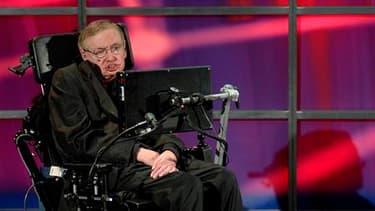 """Dans son dernier livre, l'astrophysicien britannique Stephen Hawking estime que Dieu n'a pas créé l'univers et que les lois de la physique ont rendu le """"big bang"""" inéluctable. /Photo prise le 20 juin 2010/REUTERS/Sheryl Nadler"""