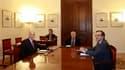Autour du président Karolos Papoulias (au centre), le Premier ministre grec George Papandréou et le chef de l'opposition conservatrice Antonis Samaras ont trouvé un accord dimanche sur la formation d'un gouvernement de coalition pour sortir le pays de l'i