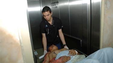 Evacuation d'un blessé à l'hôpital d'Escuela à Tegucigalpa, au Honduras, à la suite d'un incendie dans la prison de Comayagua dans la nuit de mardi à mercredi. Le drame a fait 357 morts, les détenus étant pris au piège dans leurs cellules. /Photo prise le