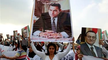 Les partisans de Hosni Moubarak devant un tribunal au Caire où le procès de l'ancien président égyptien reprend ce lundi au Caire. L'audience pourrait décider de la convocation ou non comme témoin du maréchal Mohamed Hussein Tantaoui, le chef du Conseil s