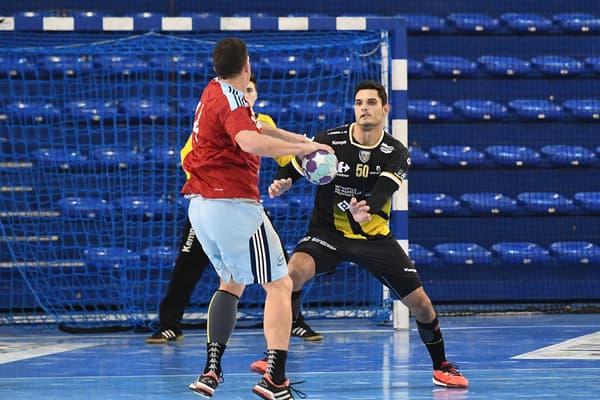 Florent Manaudou lors d'un match avec la réserve du club de handball d'Aix-en-Provence en février 2017