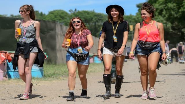 Des festivalières participent en 2014 au Festival de musique de Glastonbury, qui inaugure en 2016 un espace réservé aux femmes.