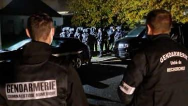 """Les gendarmes au moment de l'interpellation d'un jeune homme soupçonné d'""""apologie de terrorisme"""", dans le Loir et Cher"""