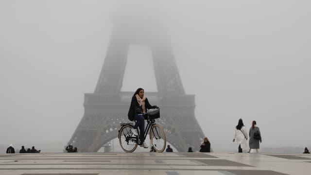 Une femme à vélo, place du Trocadéro, à Paris, le 5 décembre 2019.