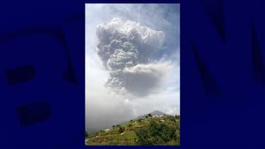 Le volcan La Soufrière en éruption sur l'île de Saint-Vincent, le 9 avril 2021
