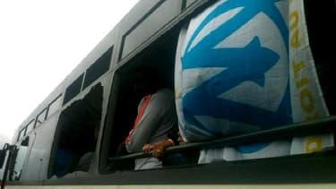 Le bus caillaissé lors de l'altercation entre supporteurs lyonnais et marseillais, samedi.