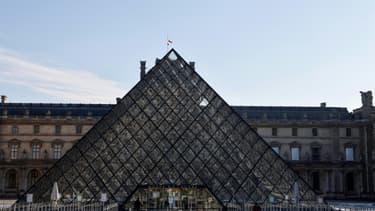 Le musée du Louvre et sa pyramide, créée par l'artiste Ieok Ming Pei, privés de leurs visiteurs en raison de l'épidémie de coronavirus, à Paris, le 6 novembre 2020