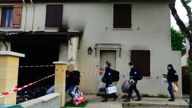 Des membres de la police scientifique arrivent le 5 mai 2021 à Mérignac, près de Bordeaux, à l'endroit où une femme de 31 ans a été brûlée vive par son mari