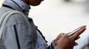La plus importante étude menée à ce jour sur l'utilisation du téléphone portable n'a pas montré de liens clairs avec certains cancers du cerveau mais la suspicion demeure et d'autres études seront nécessaires. /Photo prise le 29 mars 2010/ REUTERS/Jorge S
