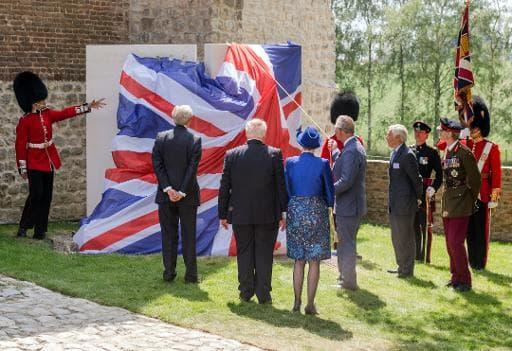 Le prince Charles dévoile un mémorial sur le site de la bataille de Waterloo, en Belgique, le 17 juin 2015
