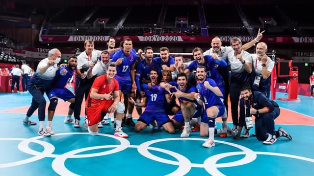 L'équipe de France de volley après leur victoire contre la Pologne, à Tokyo le 3 août 2021