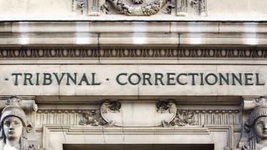 Façade d'un tribunal correctionnel. (Illustration)