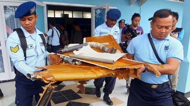 Une partie de la carcasse de l'avion, retrouvé en mer de Java par les équipes de recherches.
