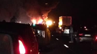 Selon des témoins sur place, un grave accident a eu lieu, ce vendredi soir, sur l'autoroute A1 en direction de Paris. L'autoroute est en feu à la suite d'une collision. Un poids-lourd et un car seraient impliqués.