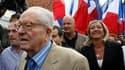 Jean-Marie Le Pen a profité dimanche de la rentrée politique du Front national dans le Pas-de-Calais, fief de sa fille Marine (à droite), pour lui réaffirmer sa préférence dans la course à la présidence du parti. /Photo prise le 29 août 2010/REUTERS/Pasca