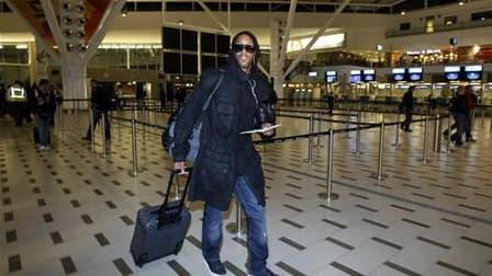 Nicolas Anelka s'apprêtant à embarquer pour un vol vers Londres à l'aéroport du Cap, l'an dernier, après son éviction de l'équipe de France. Les dirigeants et des journalistes du quotidien sportif L'Equipe, poursuivi par l'ancien international de football
