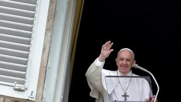 Le pape François salue la foule rassemblée sur la place Saint-Pierre le 28 avril 2019
