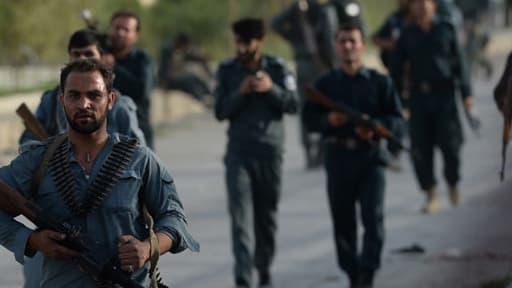 Les forces afghanes arrivent sur le site d'un attentat-suicide à l'aéroport de Kaboul, le 17 juillet 2014.