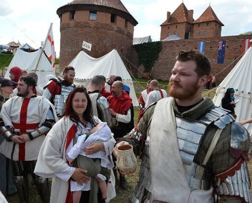 """Des """"chevaliers"""" britanniques patientent lors du championnat du monde de chevalerie au château de Malbork en Pologne, le 3 mai 2015"""