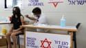 Une femme se faisant vacciner à Tel-Aviv en Israël, le 5 juillet 2021
