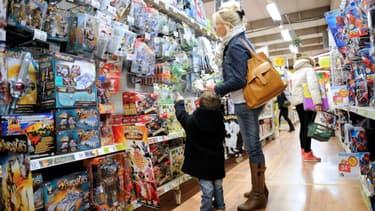 Une mère et son enfant dans un magasin de jouets (photo d'illustration)