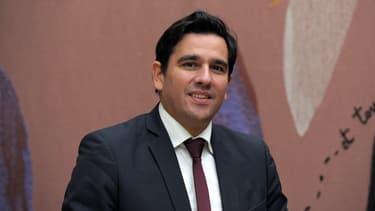 L'Arcep ( ici son président Sébastien Soriano)  a interdit à Orange de facturer à Free des frais supplémentaires pour des liaisons en fibre optique raccordant les antennes-relais de son réseau mobile.