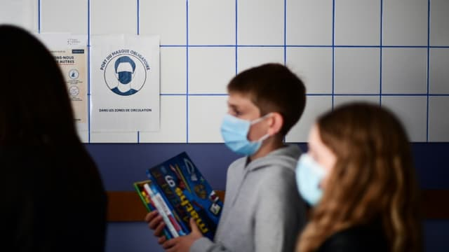 Des élèves ont revêtu un masque dans un collège à Vincennes (Val-de-Marne), le 1er septembre 2020 (photo d'illustration)