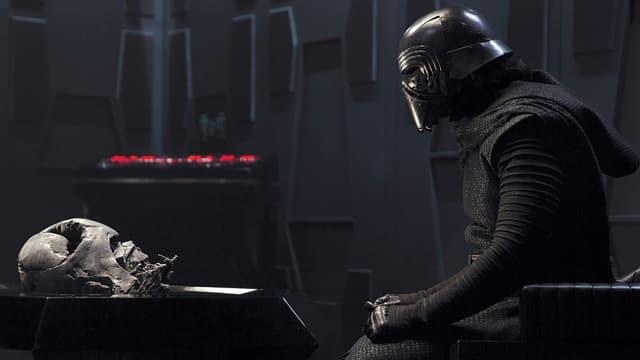 Kylo Ren face au masque de Dark Vador, son grand-père.