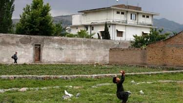 Devant la résidence d'Abottabad dans laquelle Oussama ben Laden a été tué par un commando américain en mai 2011, quelques jours après la mort de l'ancien chef d'Al Qaïda. Les forces de sécurité pakistanaises ont commencé à démolir cette maison samedi. /Ph