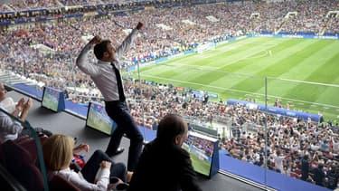Emmanuel Macron célèbre un but pour la France lors de la finale du Mondial de football, le 15 juillet 2018 à Moscou.