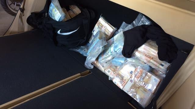 L'argent était dissimulé dans une cache dans le coffre du véhicule.
