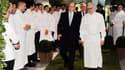 """Alain Ducasse (à droite) accompagné du Prince Albert II de Monaco. Venus de 25 pays et représentant 300 étoiles au Guide Michelin, 240 chefs étoilés célèbrent jusqu'à dimanche les 25 ans de règne d'Alain Ducasse à la tête du célèbre restaurant """"Louis XV"""","""