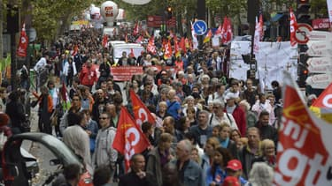 Entre 15 000 et 50 000 personnes ont défilé mardi à Paris entre République et Nation, pour la défense des retraites et les salaires.