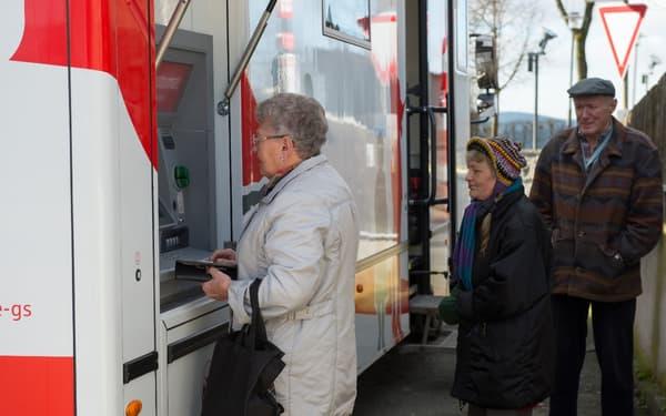 Un guichet automatique permet le retrait d'argent liquide.