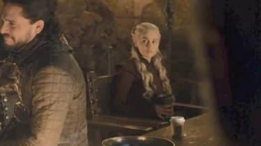 La fameuse scène de Game of Thrones avec un gobelet oublié.
