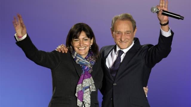 Anne Hidalgo avec le maire de Paris Bertrand Delanoë, qui a annoncé qu'il ne briguerait pas un troisième mandat. L'actuelle première adjointe du maire de Paris remporterait son duel face au candidat de droite dans toutes les hypothèses au premier tour des