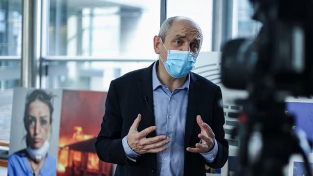 Pierre Larrouturou répond aux questions de la presse au Parlement européen, à Bruxelles (Belgique), le 28 octobre 2020.