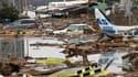 Près de l'aéroport de Sendai, dans le nord du Japon. Deux jours après le terrible tremblement de terre et le tsunami qui a envahi des zones côtières du nord du Japon, faisant des milliers de morts et privant d'électricité et d'eau courante des millions d'