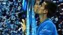 Novak Djokovic, le numéro un mondial, embrassant à Londres lors du dernier tournoi de la saison le 59e trophée de sa carrière.