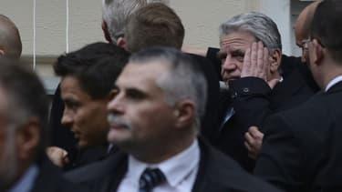 Joachim Gauck a reçu sur la tête un œuf qui était destiné à son homologue tchèque Milos Zeman.